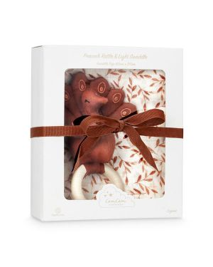 CAM CAM COPENHAGEN - Gift Box with Printed Swaddle and Peacock Rattle - OCS Caramel Leaves